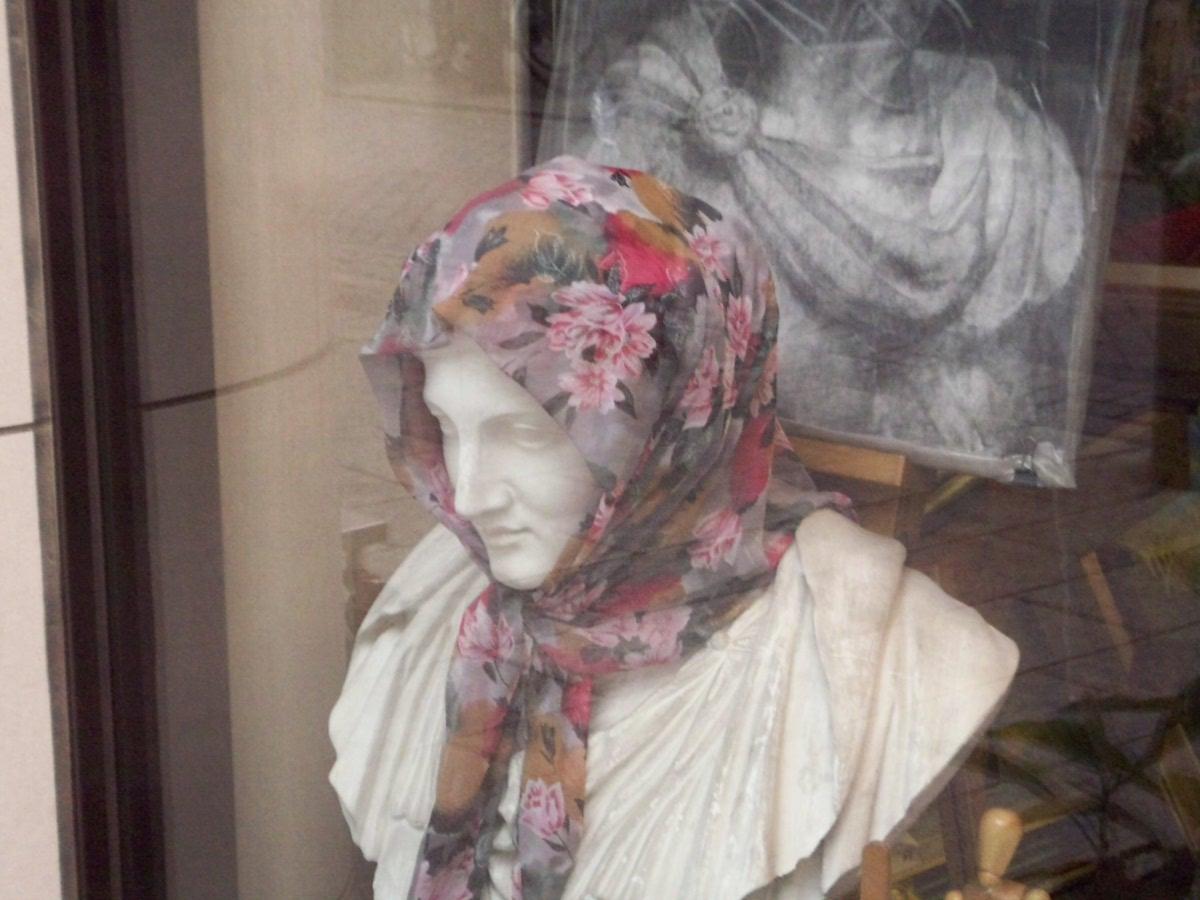 画材店のスカーフ石膏像